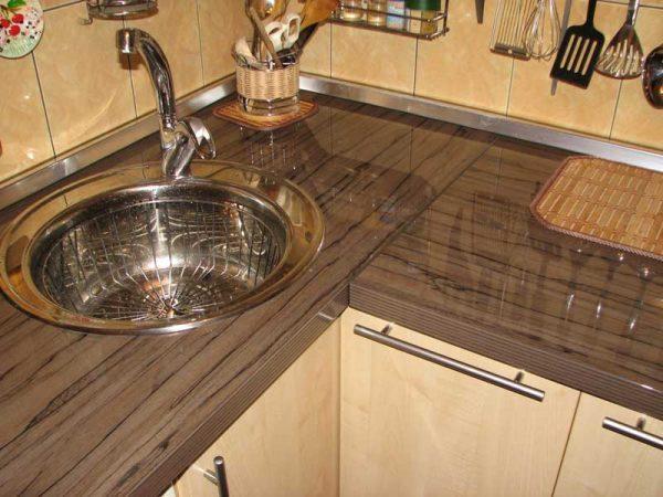 Выбираем кухонную столешницу: ламинат, ДСП или древесина?
