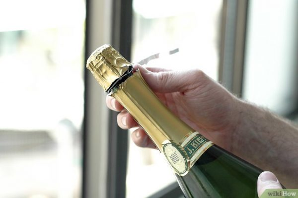 v4 728px Pour a Glass of Champagne Step 4