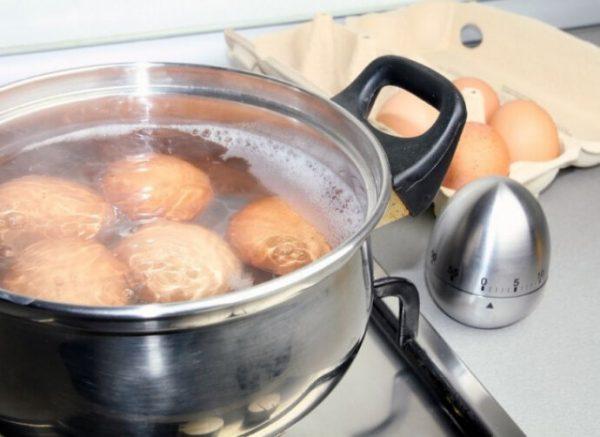 Вы допускаете ошибку, выливая воду после варки яиц. Почему?